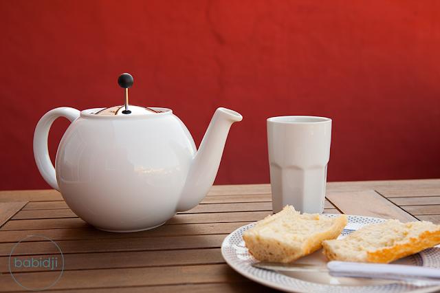 petit dejeuner sur la terrasse de babidji : théière, tasse et tartines