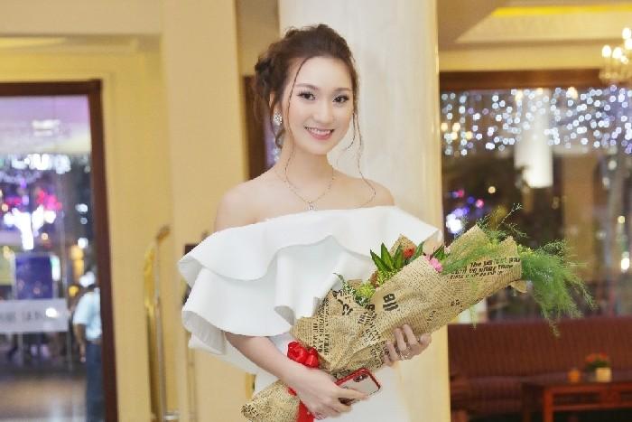 """Cao Mỹ Kim khoe nhan sắc xinh đẹp của một """"Nữ doanh nhân thành đạt"""""""