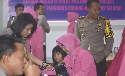 Polisi Dan Bhayangkari Polres Kepulauan Selayar, Di Vaksin Difteri