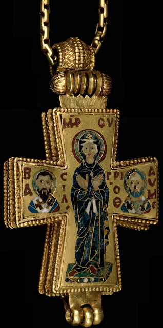 Ο χρυσός βυζαντινός σταυρός λειψανοθήκη. Φημολογούνταν ότι προερχόταν από το Ιερό Παλάτιο των Βυζαντινών στην Κωνσταντινούπολη. Κάποτε μέρος της μυθικής συλλογής αντικειμένων τέχνης του βαθύπλουτου Βέλγου μαικήνα Adolphe Stoclet. Σήμερα ένα από τα αριστουργήματα του Βρετανικού Μουσείου.