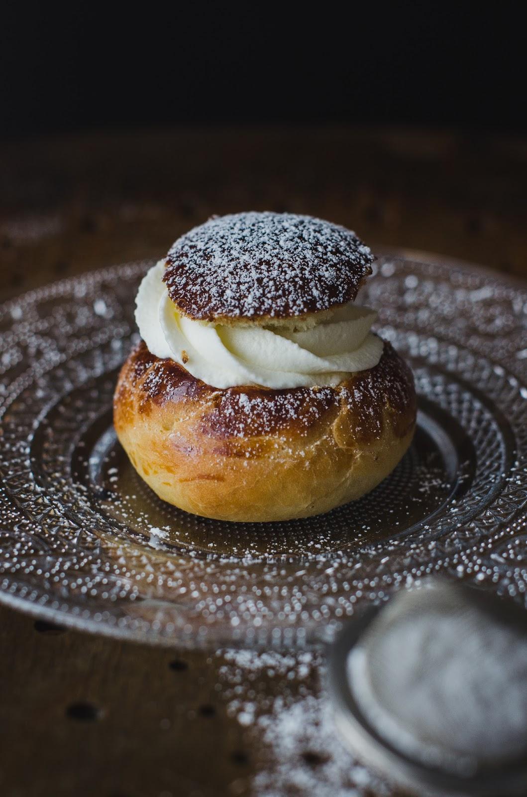 Semlor : les brioches suédoises garnies de pâte d'amande et de crème fouettée
