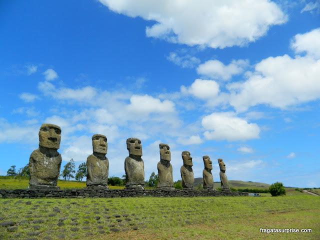 Ahu Akivi, plataforma de moais também conhecida como Los Siete, na Ilha de Páscoa