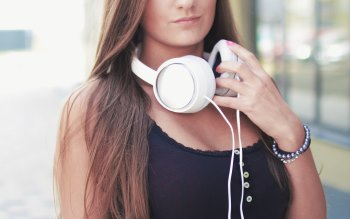 Wallpaper: Girl listen in headphones good music