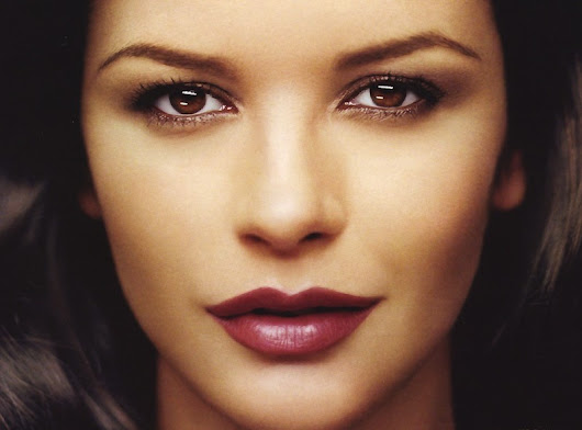 CATHERINE ZETA JONES ISI INTRETINE SILUETA...DORMIND