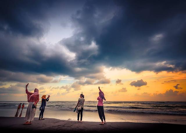 foto sunset di pantai depok jogja