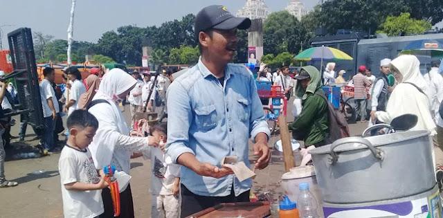 Untung 2-3 Kali Lipat, Pedagang Siomay: Kampanye Akbar Prabowo-Sandi Membawa Berkah