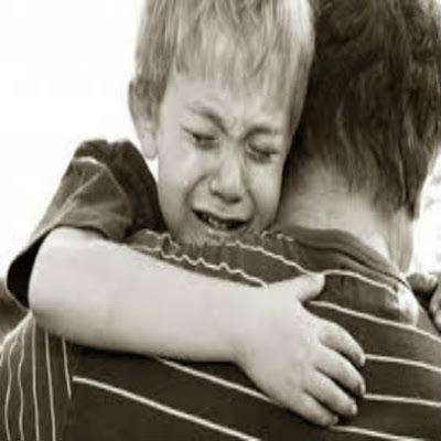 filhos-chorando-no-colo-do-pai