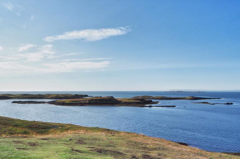 Vue sur l'océan et les petites îles de la péninsule de Snæfellsnes