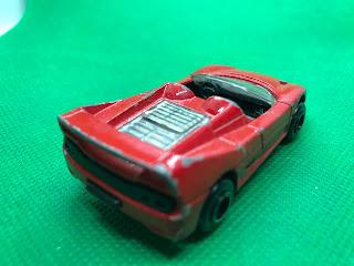 フェラーリ F50 のおんぼろミニカーを斜め後ろから撮影