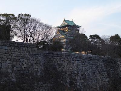 西日を浴びる大阪城