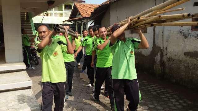 Siang Bolong, Puluhan Polisi Bawa Celurit Kepung Masjid! Mau Ngapain?