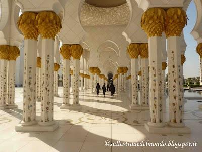 il colonnato esterno della moschea di Abu Dhabi
