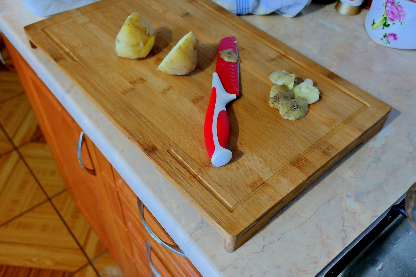 Przygotowywanie ziemniaków na desce bambusowej (do kupienia tutaj)