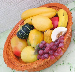 http://www.portaldeartesanato.com.br/materias/558/artesanato+faz+fruteira+com+papel+jornal+tran%C3%A7ado