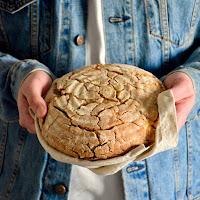 Pão de trigo sarraceno com azeite, alho e queijo