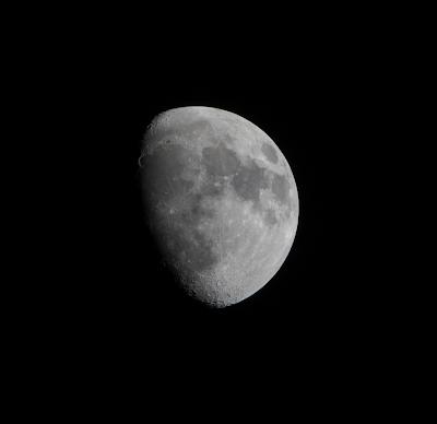 La luna con el máximo zoom de una Sony DSC-RX10 IV