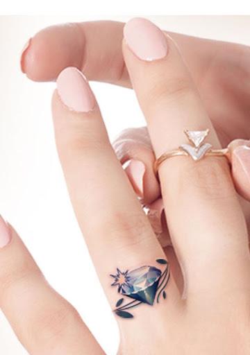 Este lindo anel de diamante de tatuagem