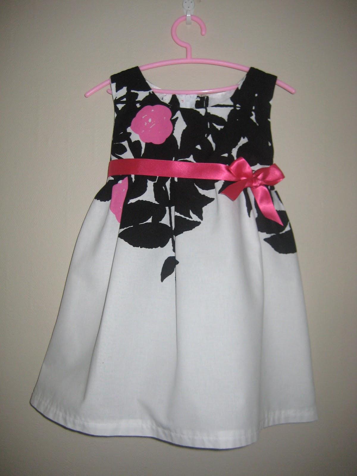 Mietteissä oli ollut pitkään saada valmistaa tyttärelle mekko 2-vuotis  synttäreille. Ja Marimekon Ruusupuu-kangasta olen ihaillut pitkään. 9e26569c38