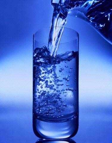 10نصائح لتجنب العطش فى رمضان glass-of-water1.jpg