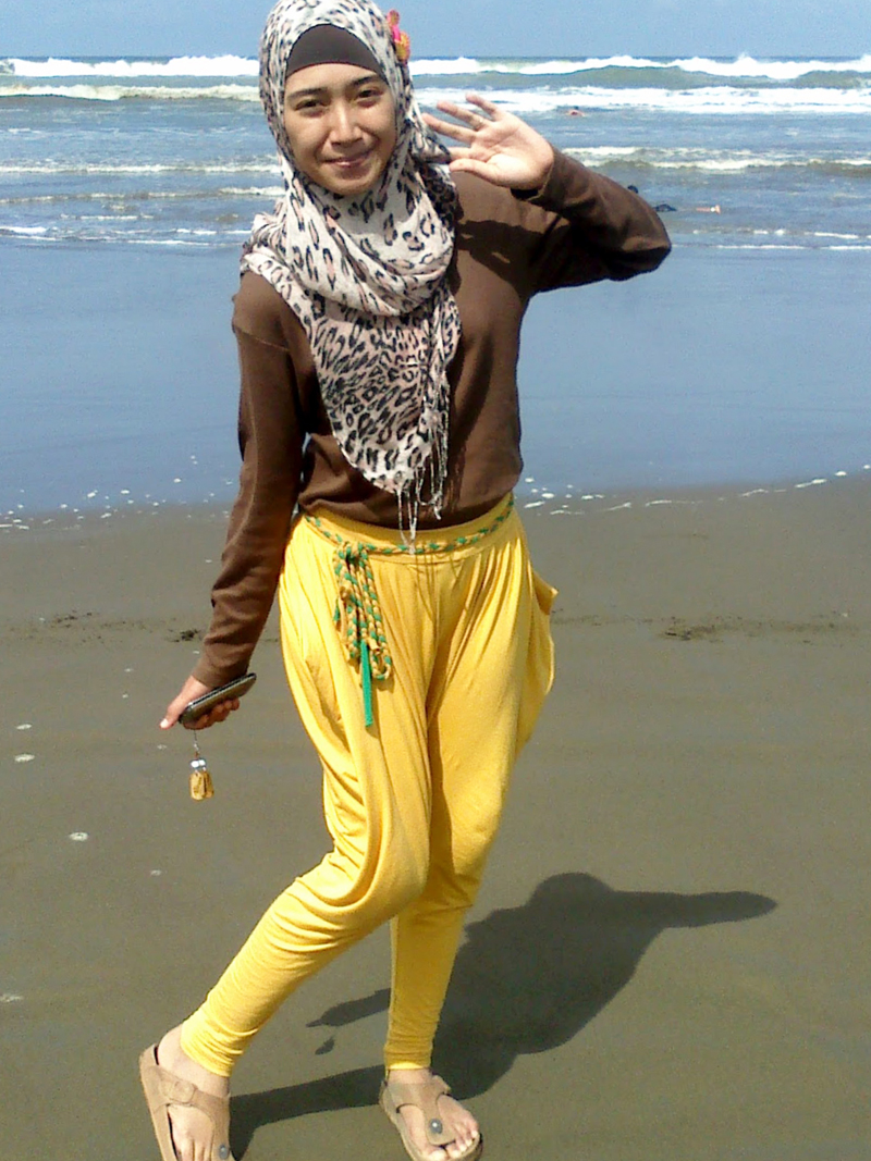 Jilbob cokelat dengan celana leging kuning Githa Algian Yusnia Putri