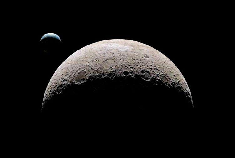 Gökbilimcilerin tüm uğraşlarına rağmen ayın karanlık yüzünde ne var sorusuna hala kesin bir yanıt bulunabilmiş değil.