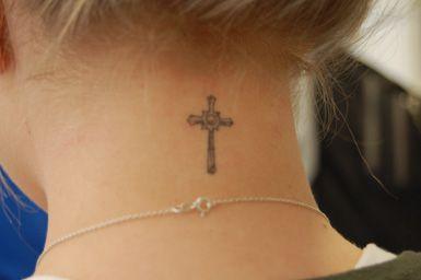 tatuaje cruz gotica