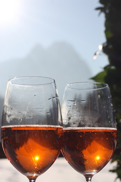 Aperol Sprizz zum Hochzeitsempfang, Winterhochzeit in den Bergen am Riessersee Hotel Garmisch-Partenkirchen in Bayern, Kupfer, Dunkelrot, Hellblau, Grau, Winter wedding abroad Bavaria in copper, ruby red, light blue