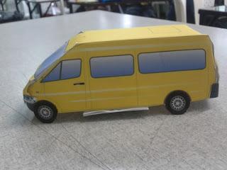 maqueta de un pequeño pequeño vehiculo realizado en base a un molde de papel
