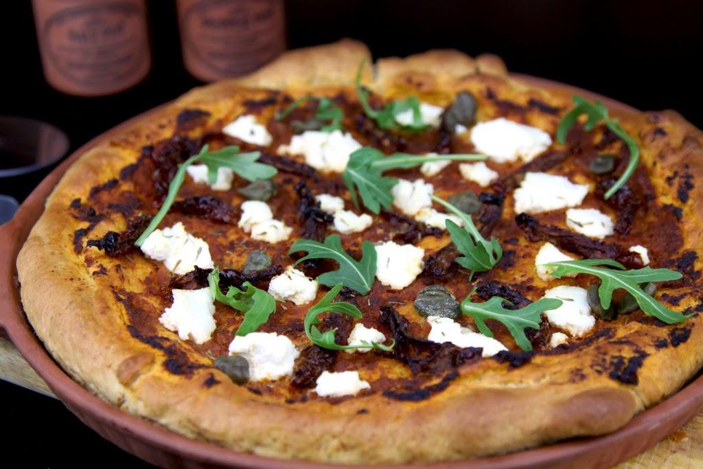 Pizza z suszonymi pomidorami i ricottą