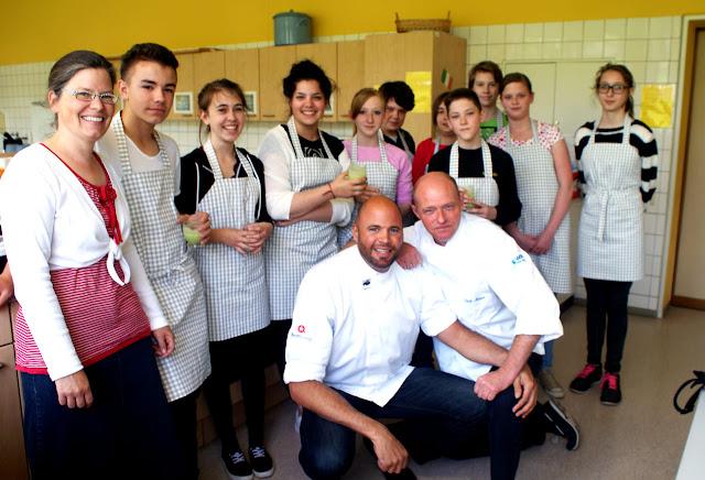 Sternekoch Dirk Maus (vorne rechts) und Dominik Wetzel zusammen mit Lehrerin Henrike Frick und den Schülerinnen und Schülern der Realschule plus. #MoToLogie #DirkMaus