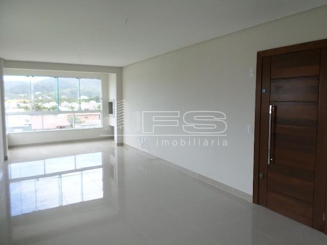 No linving um ambiente integrado e amplo com piso porcelanato, sacada intergrada com churrasqueira, teto em gesso, porta de acesso principal ampla e de material nobre