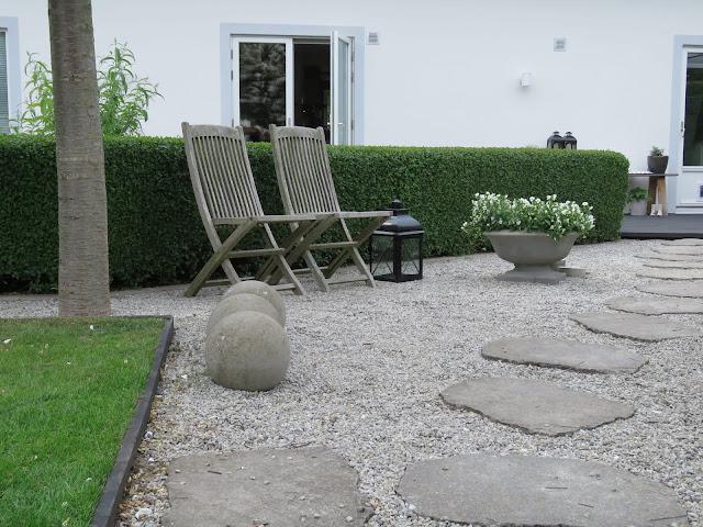 Sitteplass med grus, heller og runde betongkuler i my white garden, trädgårdsrundan, Helsingborg