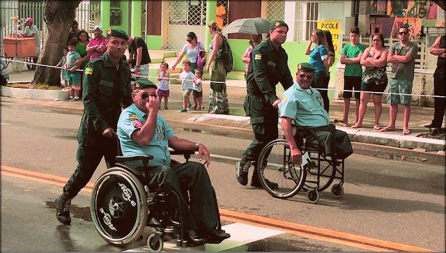 Desfile cívico teve homenagem a policiais militares feridos em serviço e marcha lenta