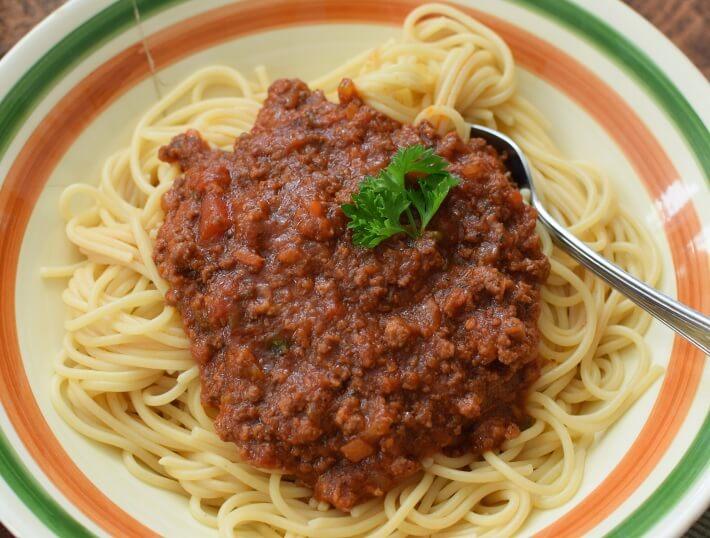 Spaguettis con salsa boloñesa, servido en plato