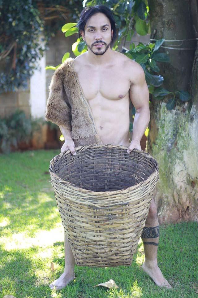 Ricardo Dias posa para ensaio inspirado em camponeses. Foto: Rogério Mendes / Renato Cipriano - Divulgação