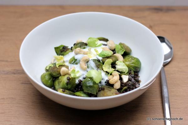 Rosenkohl-Linsen-Curry mit Limettenjoghurt und Cashewnüssen