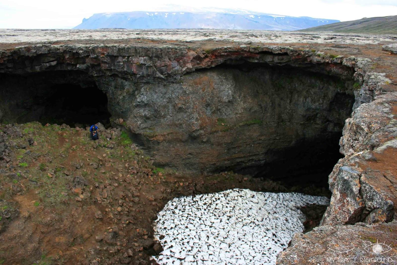 My Travel Background : 18 lieux à découvrir absolument en Islande, marcher dans un tunnel de lave