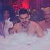 """Mateus Carrilho faz festinha regada a champanhe no clipe de """"Privê"""""""