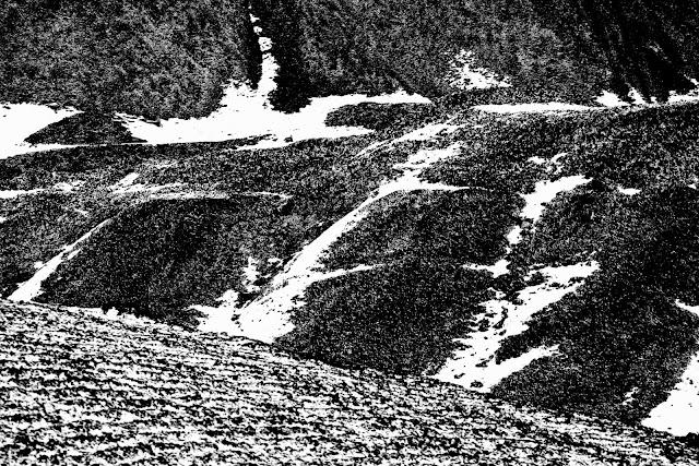 Nie z tej ziemi. Postindustrialny krajobraz Rudy Śląskiej. Niefiguratywna kompozycja abstrakcyjna. Czarno-biała fotografia odklejona. fot. Łukasz Cyrus