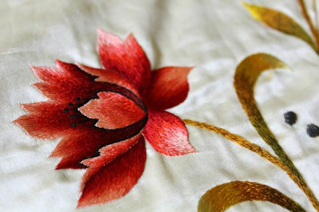 bordado flor roja