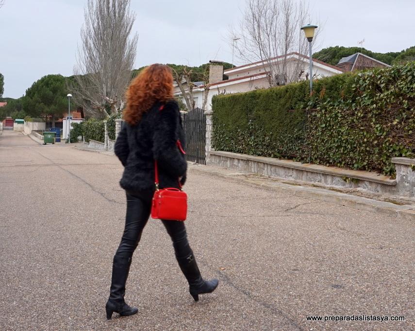 Look negro bolso rojo