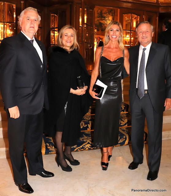 Eduardo Santamarina con Maria Larrain y Cristiano Rattazzi con Gabriela Castellani en el Alvear Palace Hotel