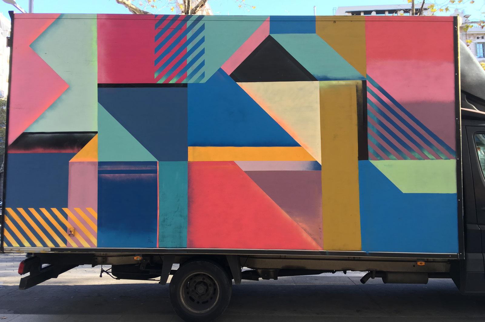 Camioneta en paseo de Gracia, Barcelona, noviembre 2017