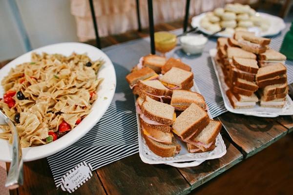 mesa de comida de festa simples