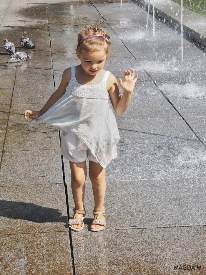 dziewczynka w sandalach