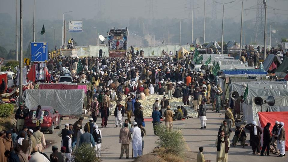 The orders to delay the operation followed a dialogue between authorities and protesters.