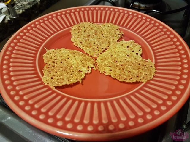 Biscoito crocante de queijo parmesção
