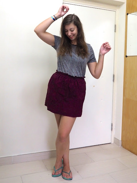 Hit Shuffle | outfit of grey and purple pattern print top, burgundy high waisted short skirt and turquoise flip flops