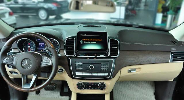 Bảng taplo Mercedes GLS 500 4MATIC 2018 được ốp gỗ Poplar màu Đen bóng hoặc gỗ Open-pore Ash màu Nâu