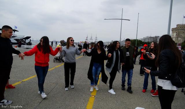 Χόρεψαν κρητικούς χορούς στην παραλία της Θεσσαλονίκης [βίντεο - φωτογραφίες]